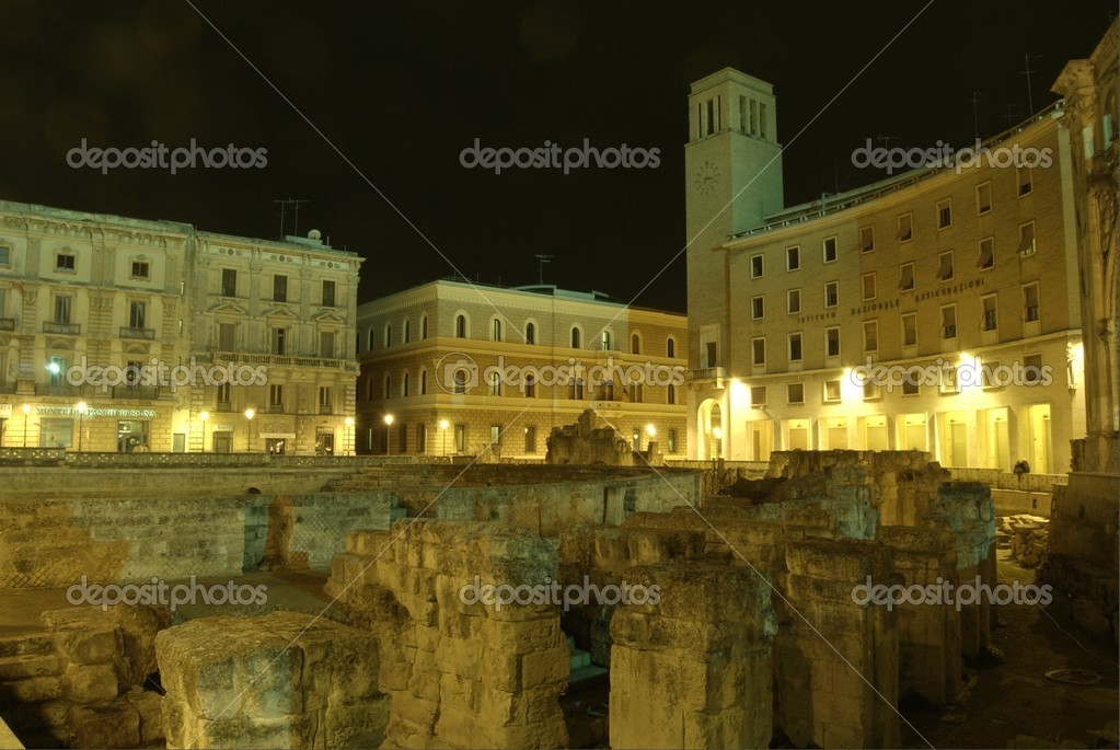 Lecce by night, roman amphitheatre and sedile in saint Oronzo place, sample of Italian barocco — Stock Photo #2685364