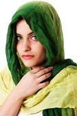 Das gesicht mit grünen augen und schal — Stockfoto