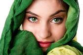 Yeşil gözler ile yüz ve eşarp — Stok fotoğraf
