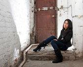 Ragazza seduta nel seminterrato — Foto Stock