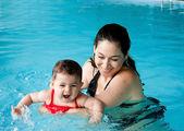 Madre bambino di insegnamento di nuoto — Foto Stock