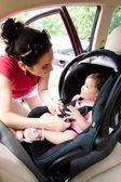 Baby in autostoel voor veiligheid — Stockfoto