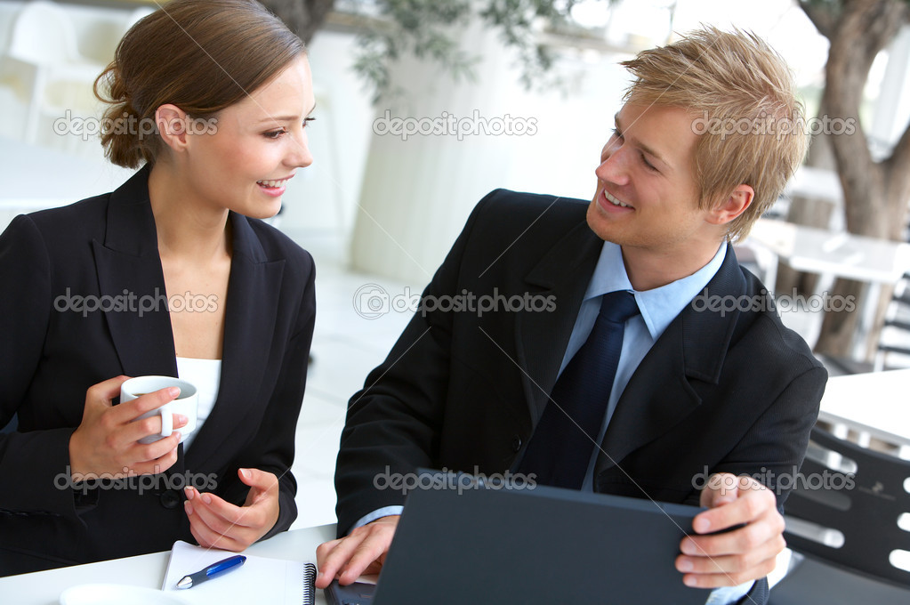 Businesswoman consulting a partner. Business pictures with professional Scandinavian models. The picture is taken in a downtown cafe with great light.  Foto Stock #3215853