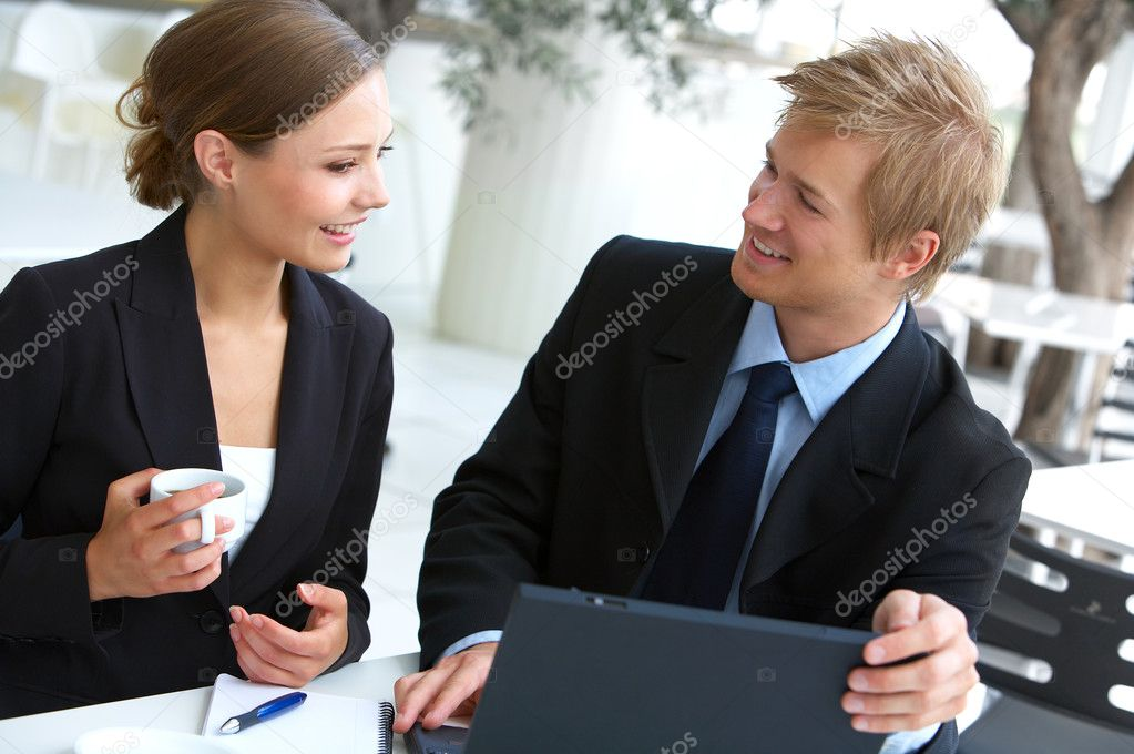 Businesswoman consulting a partner. Business pictures with professional Scandinavian models. The picture is taken in a downtown cafe with great light. — Foto de Stock   #3215853