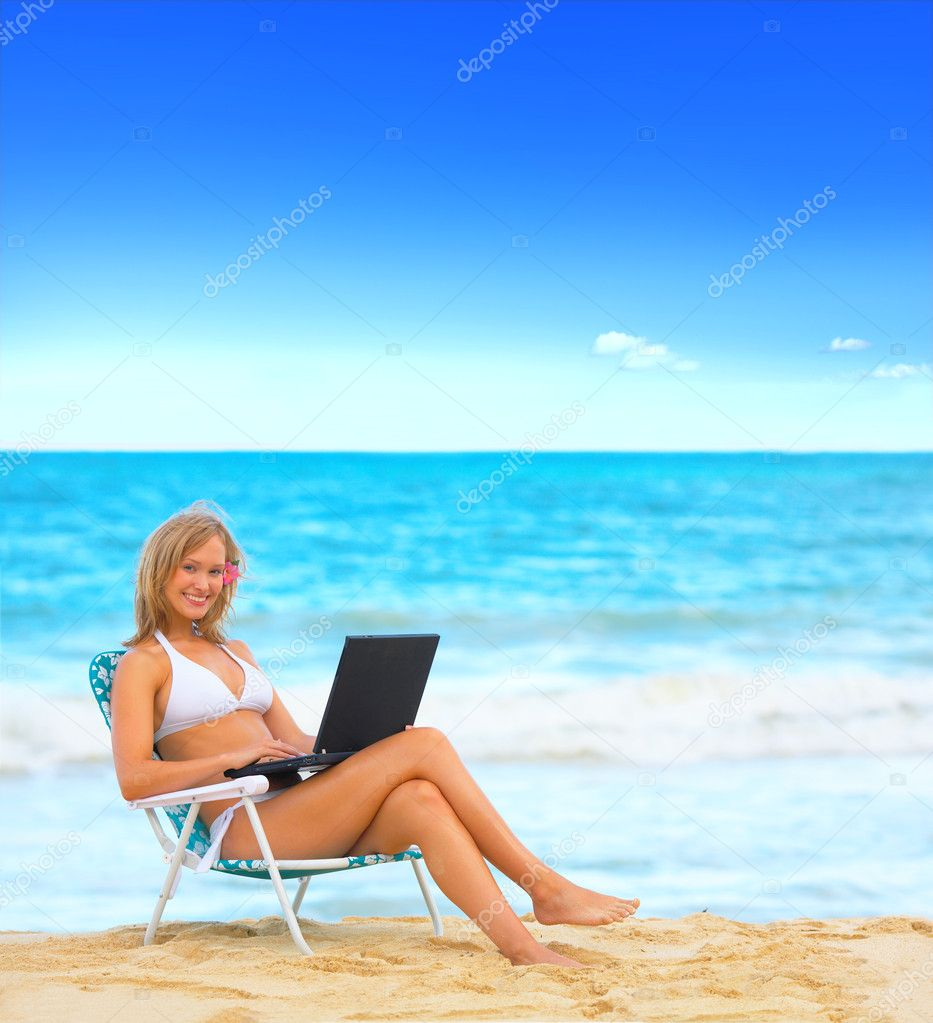 Beautiful woman on the beach with a laptop computer. This is taken at Bellows (Closed military beach) in Hawaii. One of the most beautiful beaches in the world! — Stock Photo #3229240