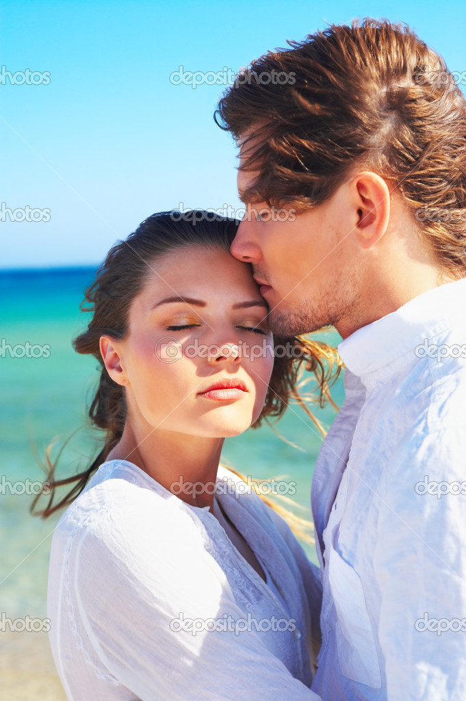 An attractive couple on the beach, madly in love. — Stock Photo #3237828