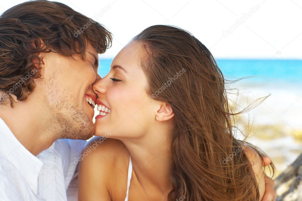 An attractive couple playing around on the beach, madly in love. — Stock Photo #3237967