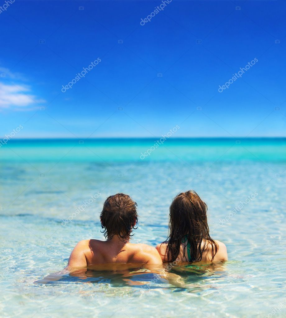 A portrait of a young couple in the sea, close together. — Stock Photo #3238330