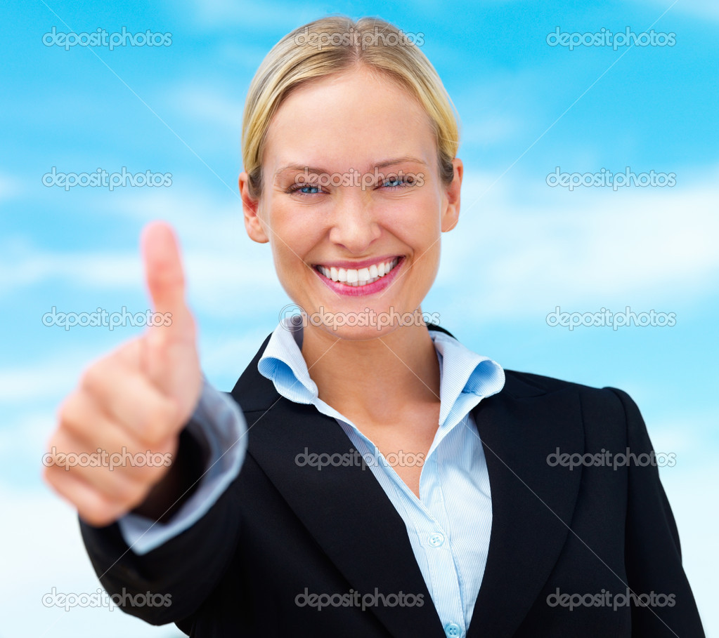 Beautiful happy blond business woman showing thumbs up — Stok fotoğraf #3269370