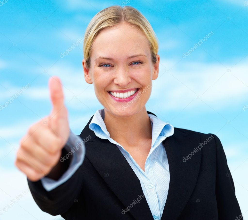 Beautiful happy blond business woman showing thumbs up — Stock fotografie #3269370
