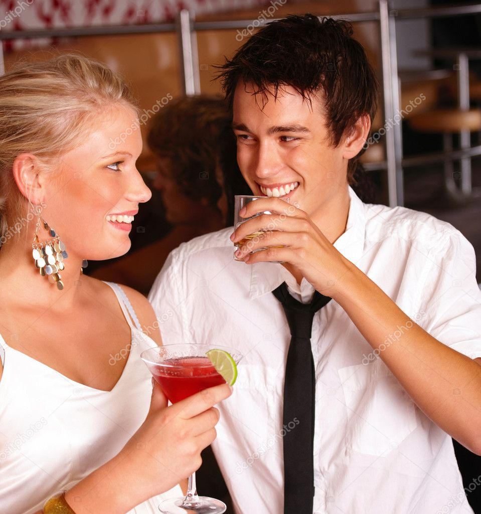 Closeup of happy young friends enjoying drinks — Stock Photo #3295730