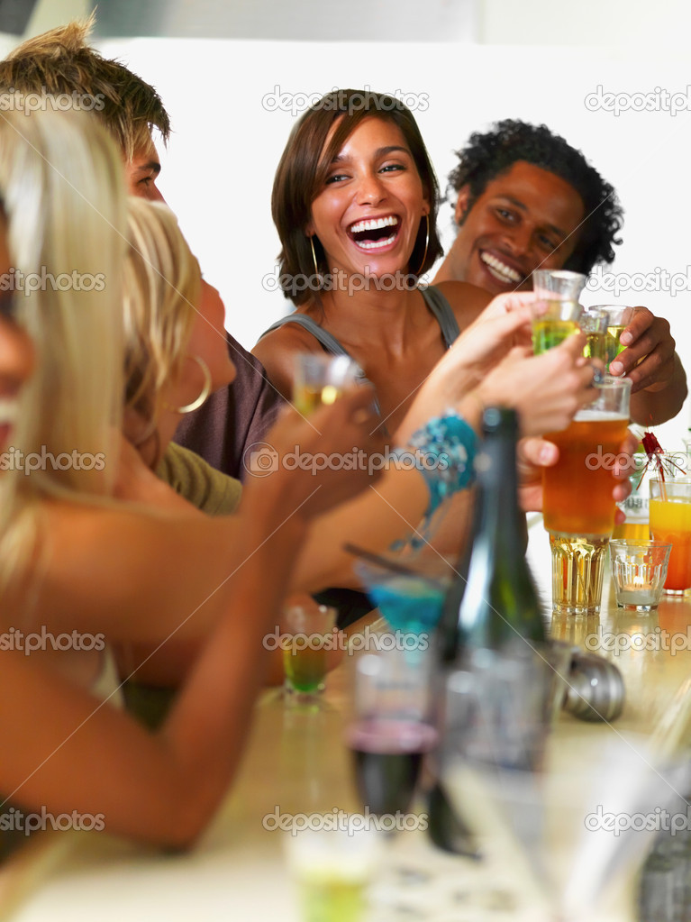 Happy young boys and girls toasting drinks — Stok fotoğraf #3296133