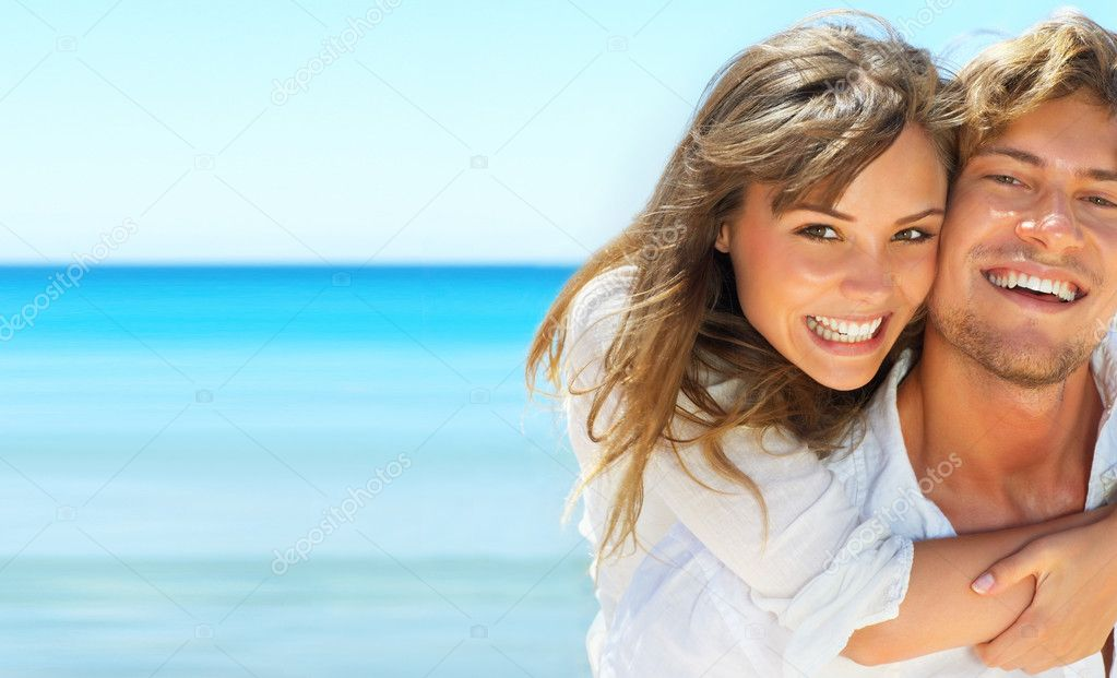Closeup portrait of happy couple enjoying vacations on the beach — Stock Photo #3299053