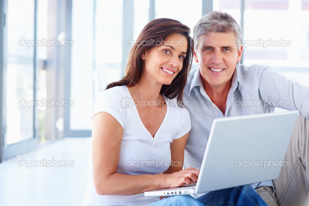 Portrait of a business couple working together on a laptop at home — Stock Photo #3301871
