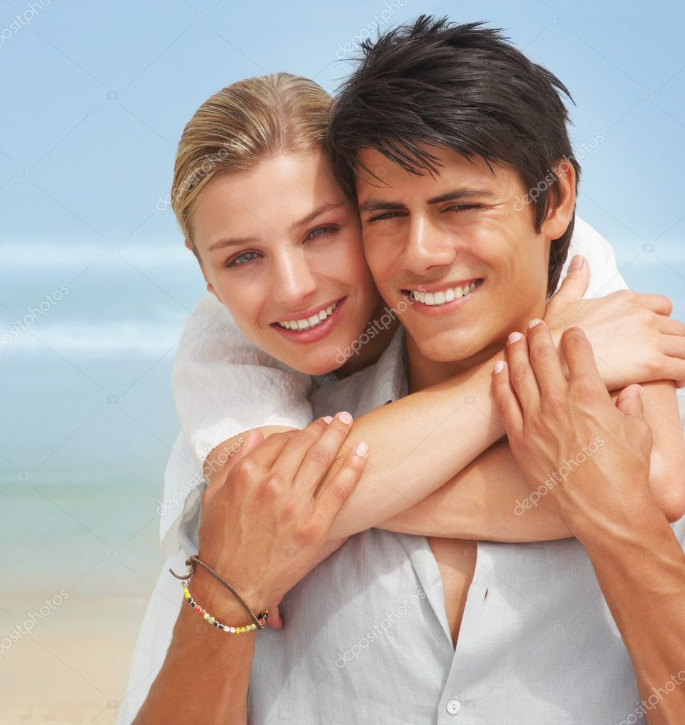 Closeup portrait of a happy young couple together on the beach — Stock Photo #3323097