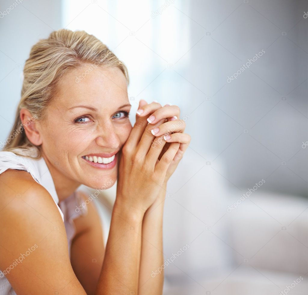 Portrait of a happy aged woman, smiling — Stock Photo #3331161