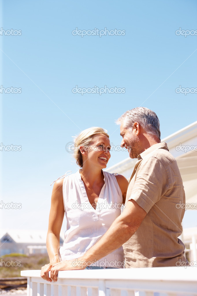 Happy mature couple enjoying themselves while standing in the balcony — Stock fotografie #3332711