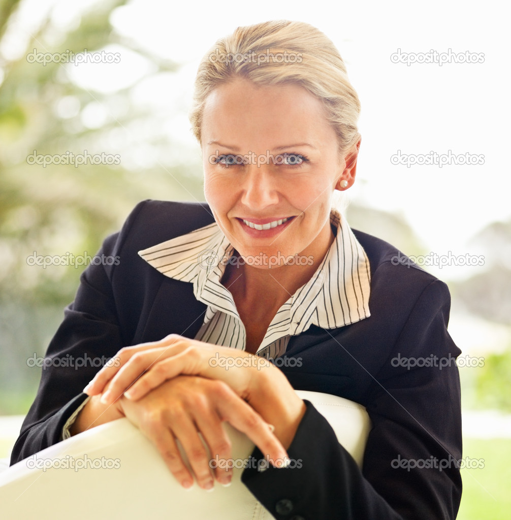 Portrait of a confident middle age business woman , smiling — Stock Photo #3339348