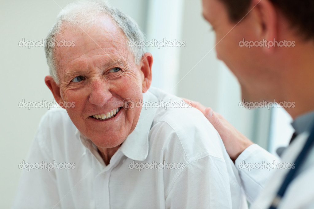 Happy senior citizen having a casual small talk with the friendly doctor — Foto Stock #3342398