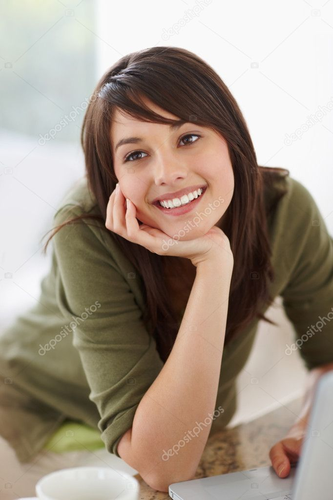 Pretty young female looking away , day dreaming — Stock Photo #3342928