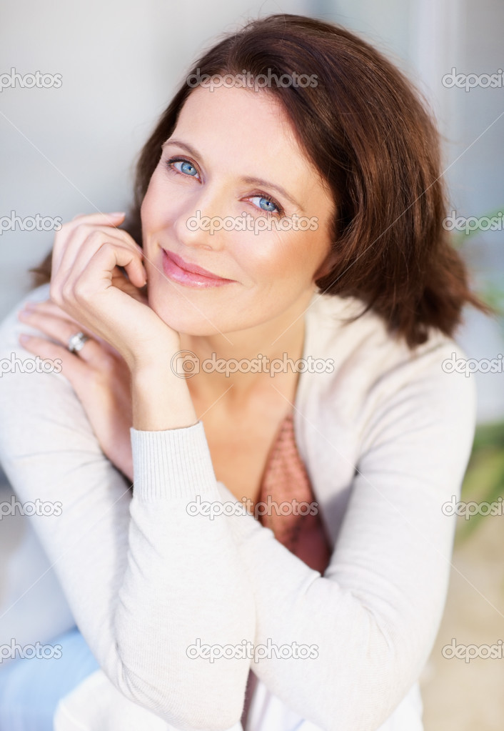 Portrait of a lovely happy middle aged woman — Stock Photo #3354785