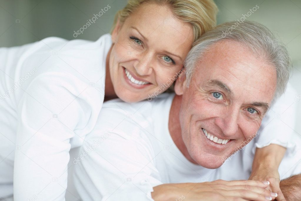 Closeup portrait of a smiling couple having fun together at home — Stock Photo #3359185