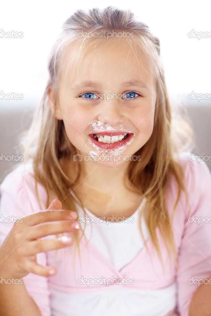 Portrait of funny little girl with cake on her face — Stock Photo #3367989