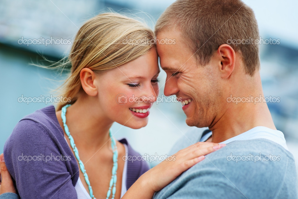 Face to face: Happy young couple embracing — Stockfoto #3407314