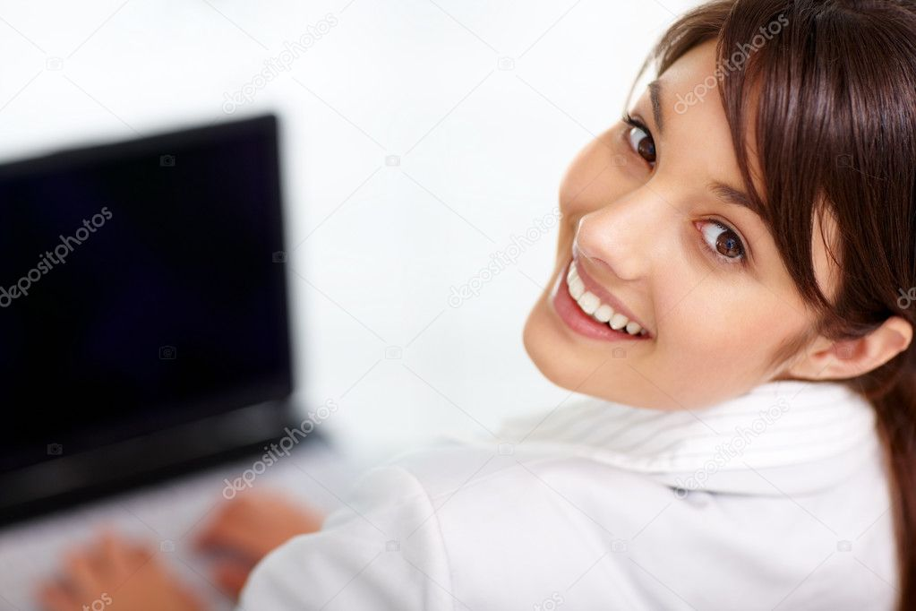 Closeup portrait of a young business woman working on a laptop — Stok fotoğraf #3409407