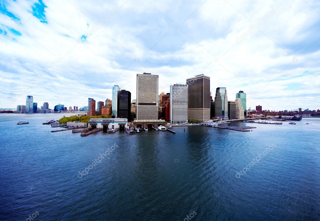 Panoramic view of beautiful architectural skyscrapers and river — Stock Photo #3467048