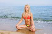 Yoga practicando en la playa — Foto de Stock