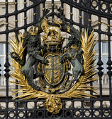 Buckingham Palace Crest: London — Stock Photo