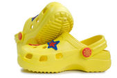 Sandali di gomma gialla del capretto. — Foto Stock
