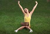 公園でラップトップを持つ美しい女性 — ストック写真