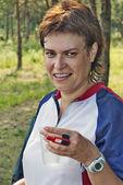 La sportiva sorridente con un acqua — Foto Stock