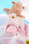 Zapatitos para niña en caja de regalo — Foto de Stock