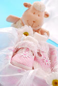 女孩在礼品盒中的婴儿鞋 — 图库照片