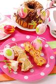 Påsk bord med cookies och ring tårta — Stockfoto