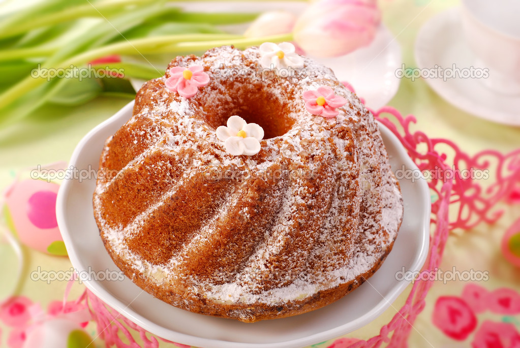 Traditional ring cake with icing sugar for easter — Stock Photo #2741328