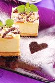 Cheesecake op paarse plaat — Stockfoto