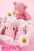 Hediye kutusu kız bebek patiği — Stok fotoğraf