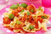 Nastro di pasta con polpette di carne — Foto Stock