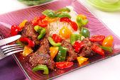 Gebakken lever met paprika en sesam — Stockfoto