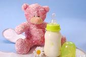 瓶牛奶的婴儿和泰迪熊 — 图库照片