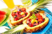 Salada de frutas no abacaxi — Foto Stock