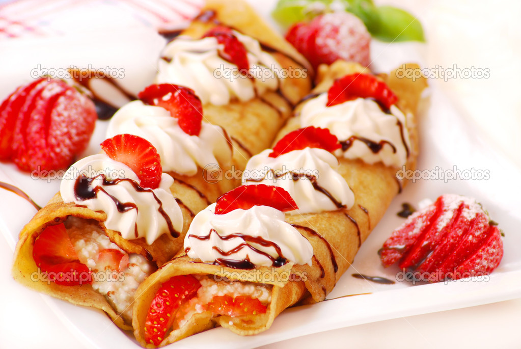 Rolled pancakes with cheese,cream  and strawberry — Stock Photo #2800868