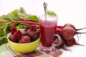 Fresh beets with leaves and clear soup — Stockfoto