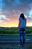 Dívka na západ slunce — Stock fotografie