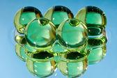 水に緑色の球 — ストック写真