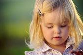 Bonito retrato de una niña — Foto de Stock